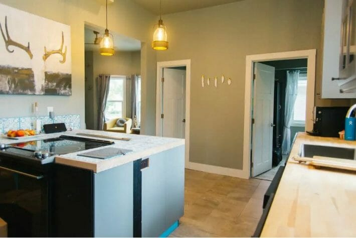 airbnb-fort-collins_csu-group-house-kitchen.jpg?strip=all&lossy=1&resize=710%2C474&ssl=1