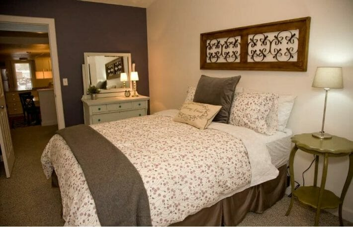 airbnb-fort-collins_pine-st-bedroom.jpg?strip=all&lossy=1&resize=710%2C457&ssl=1